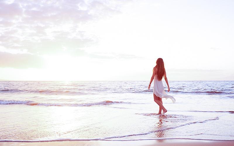 女性が海でのびのびしているイメージ画像